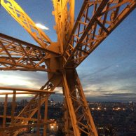 Structure de la Tour Eiffel au soleil couchant (Paris 16)