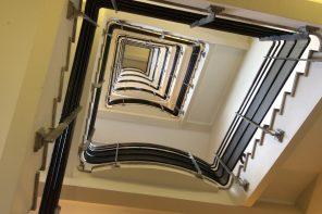 Escalier à la Cité du Cinéma à Saint Denis