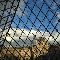 Le Louvre à travers la pyramide